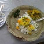 村のランチ。 葉っぱのお皿をつかってます。 使った後は牛のえさに!